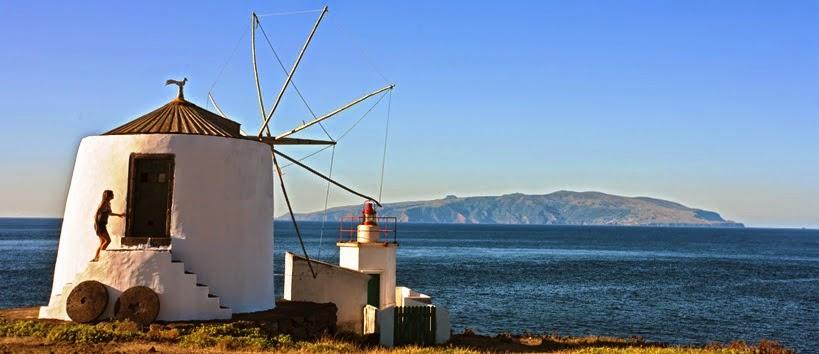 טחנת רוח עם האי פלורס ברקע
