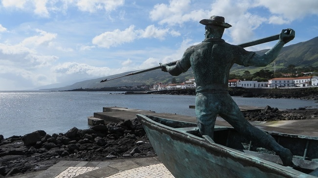 פסל צייד הלוויתנים על החוף באי פיקו