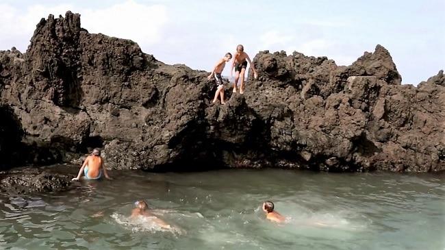 ילדים קופצים לבריכות המים בביסקויטוס