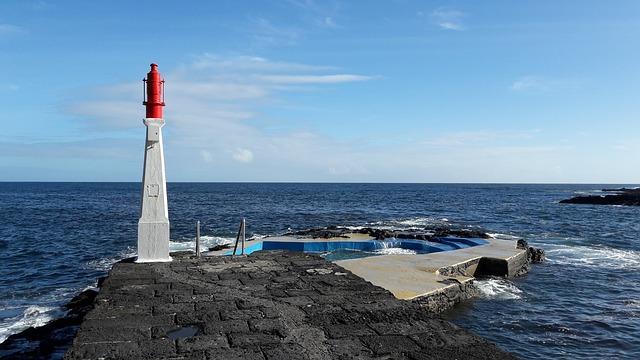 בריכת שחיה צמודה לאוקיינוס באיים האזוריים