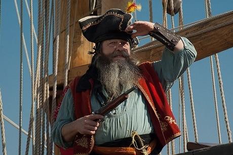 פיראט אוחז בנשק על סירה - עותק