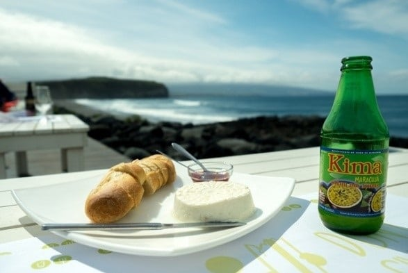 נשנושים מול הנוף - מיץ פסיפלורה מקומי תוסס, לחם כפרי, ריבה תוצרת בית וגבינת עיזים