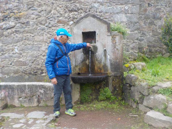 אחד מהברזים שפזורים ברחבי האי לשימוש חופשי של הציבור