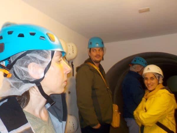 מצטיידים בכובעי רחצה ובקסדות מגן בכניסה למערה