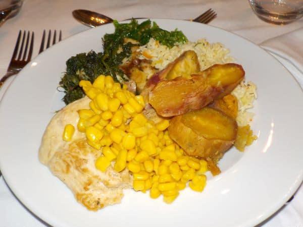 ארוחת הערב במלון : שורש טארו, תירס מקומי וסלט אצות. הכל טעים מאוד
