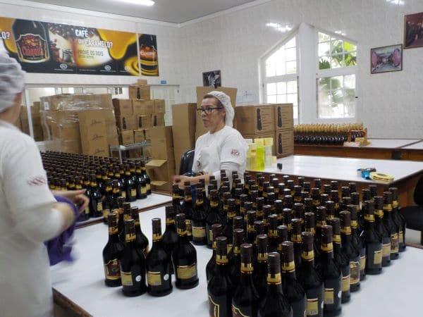 פה דווקא עובדים במרץ - ניקוי בקבוקי המשקאות לפני משלוח
