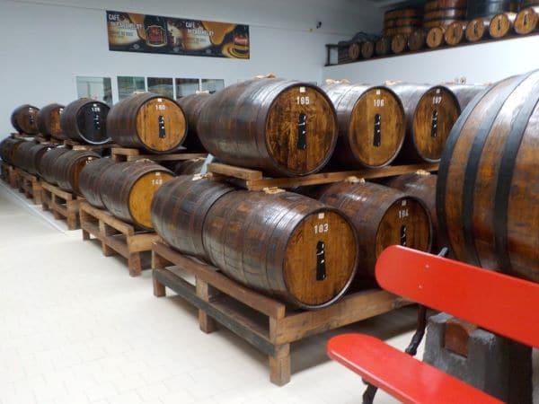 חביות העץ שבהן מאחסנים את המשקאות
