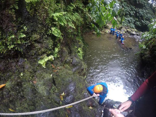 יורדת בחבל. צילום : צוות Azorean Active Blueberry