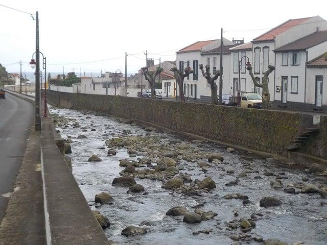 הנהר שחוצה את הכפר Faial da Terra