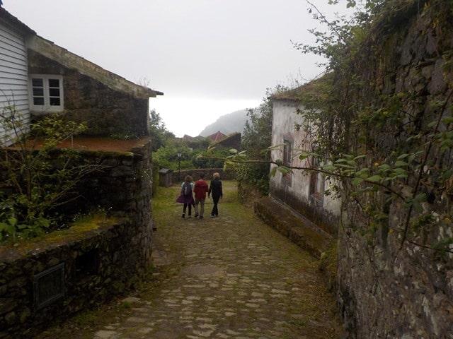 סמטאות הכפר Sanguinho על רקע הנוף