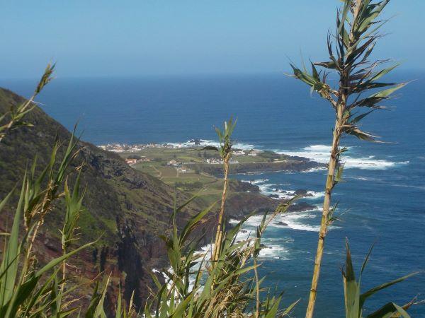 Miradouro do cascalho עם הכפר Mosteiros ברקע