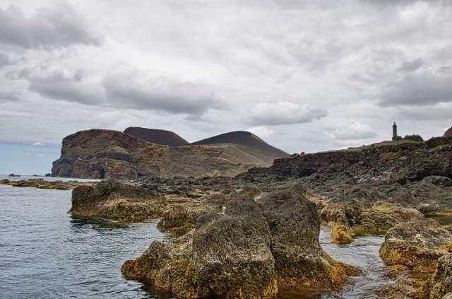 חצי האי שנוסף לאי פאיאל בעקבות התפרצות הר הגעש. שימו לב למיקום המגדלור