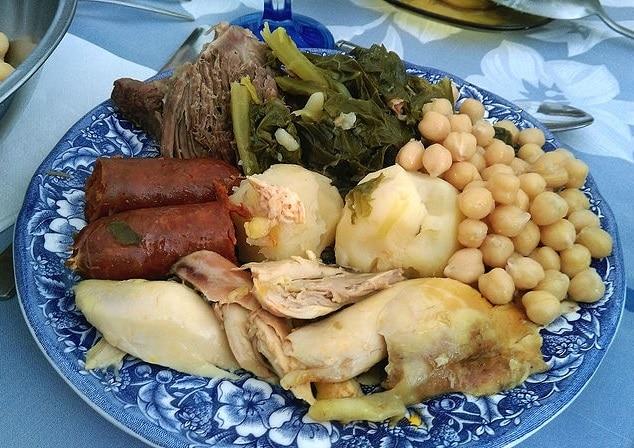 מנה טיפוסית של קוזידו מכילה נקניק דם, עוף, חומוס, בשר חזיר ותפוחי אדמה