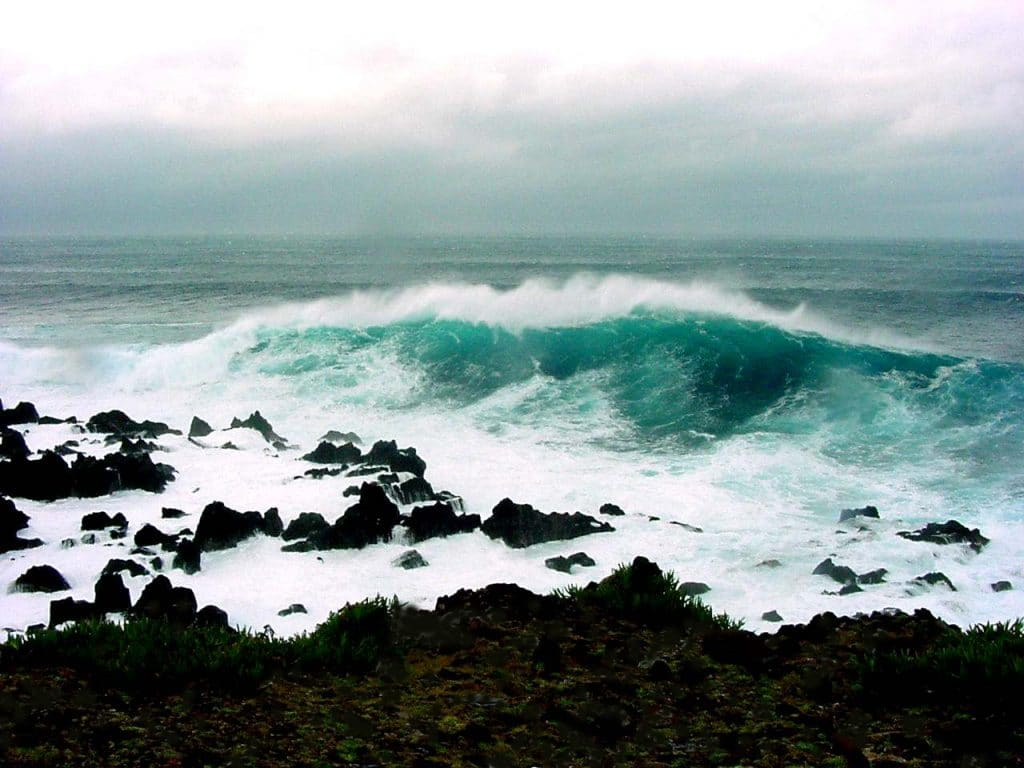 גלים מתנפצים אל החוף בעיירה Biscoitos