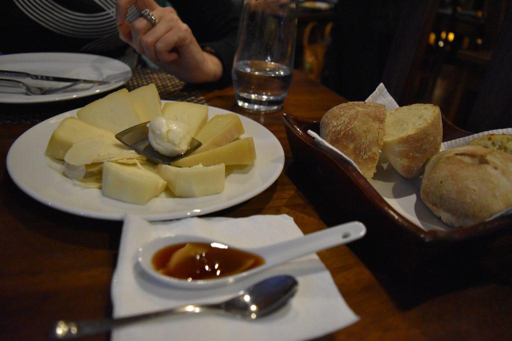 מגוון גבינות מקומיות בפונטה דלגדה