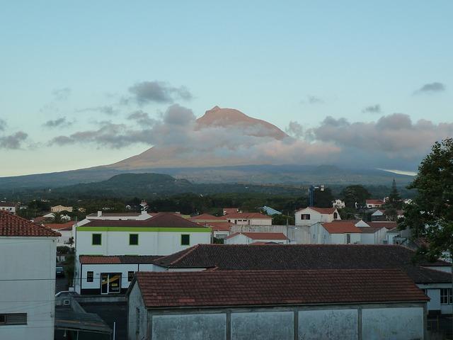 הר פיקו מכוסה בעננים